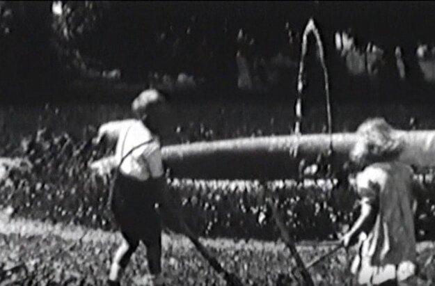 Karolko a Kristínka Zamoyski pri fontáne v podhradí, rok 1938.