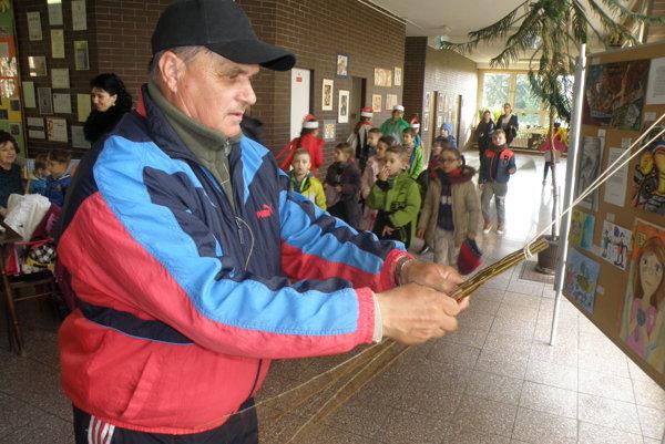 Prúty na šibáky hľadá Jozef Kališ v prírode už od januára.