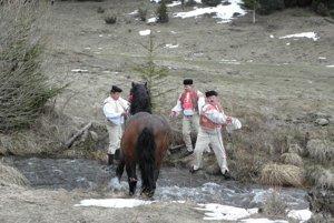 Voda bola liekom nielen pre ľudí, ale aj pre kone. Vodili ich do Hrona, alebo do blízkeho potoka.