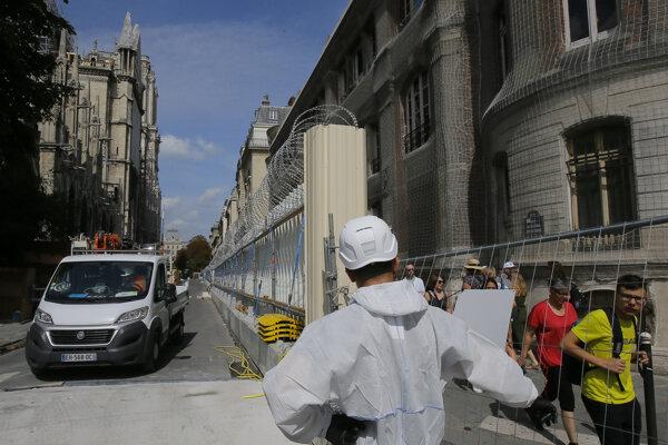 Pracovník v ochrannom odeve pri katedrále Notre-Dame.