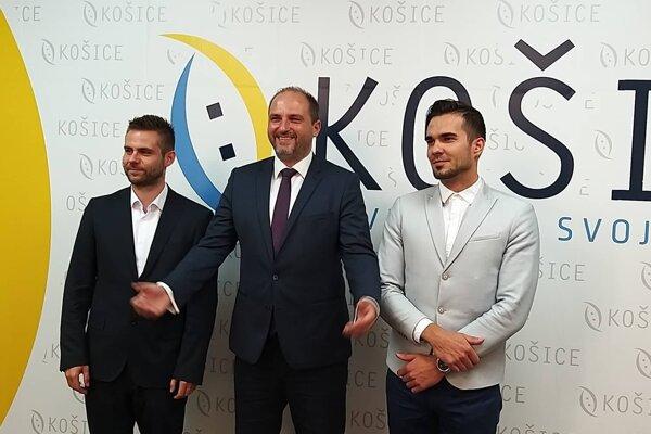 Vľavo vedúci kancelárie primátora Jakub Bubeník, v strede Jaroslav Polaček, vpravo hovorca Vladimír Fabian.