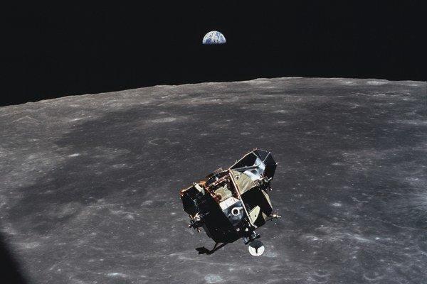 Mesačný modul Orol sa najskôr dotkol povrchu. Neskôr jeho časť z mesačného prachu odštartovala a spojila sa na ceste domov s veliteľským modulom.