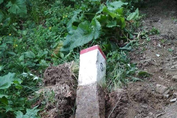 Muži zničili hraničný znak.