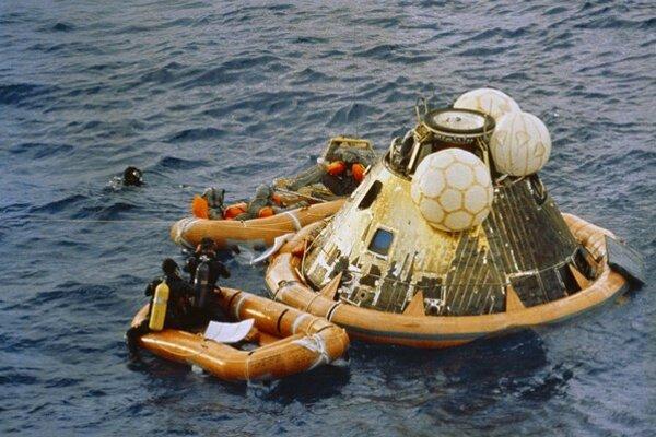 Dňa 24. júla 1969 pristál návratový modul misie Apollo 11 vo vodách Tichého oceánu.