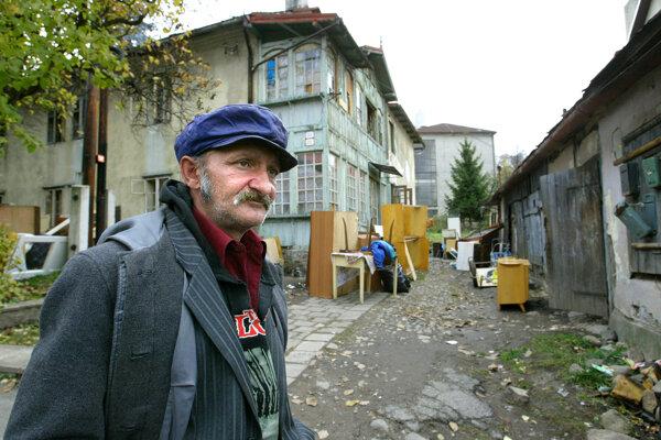 Na archívnej fotografii vidno takzvaný Zelený dom (vľavo), ktorý vroku 2011 zrútili. Na jeho mieste vtedy vyrástla vila miestneho podnikateľa. Podľa historika je symbolickým príkladom toho, ako mesto prichádza ovlastnú minulosť.