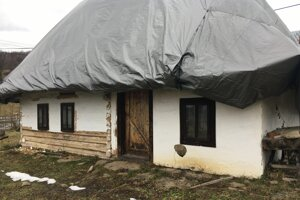 Do chalúpky zatekalo, preto je slamená strecha prekrytá.