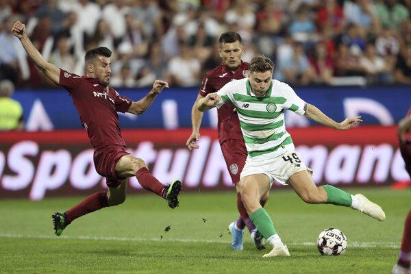 JB 36 Kluž - Hráč Celticu James Forrest (vpravo) strieľa úvodný gól do bránky Klužu v zápase 3. predkola Ligy majstrov CFR Kluž - Celtic Glasgow.
