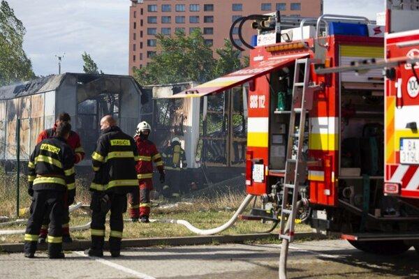 Hasiči zasahujú pri požiari prívesov neďaleko Račianskej ulice a OD Slimák v Bratislave.