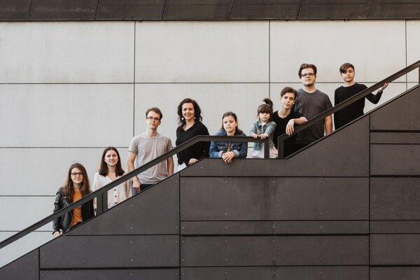 Nika Macisnká a jej osem detí. Najstaršie má 21 rokov, najmladšie sedem.