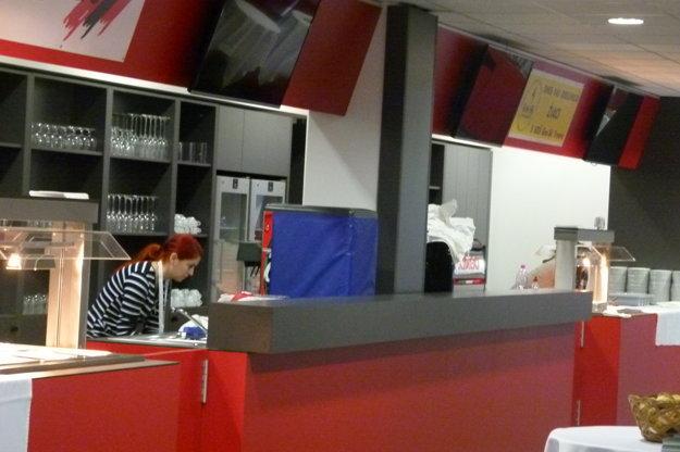 Vo VIP priestoroch nájdu návštevníci vlastný bar s ponukou teplých aj studených jedál, ovocia či alko aj nealko nápojov.
