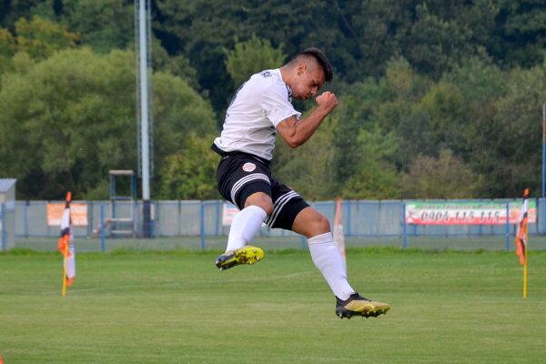 Nemanja Radmanovič (MŠK Novohrad) oslavuje gól.