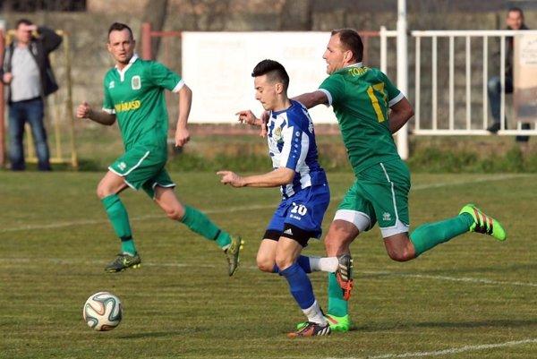 Topoľníky (v zelenom) porazili Váhovce najtesnejšie 1:0.