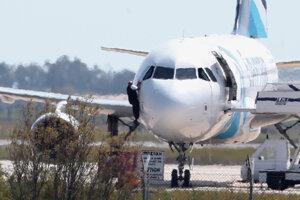 Muž uniká z kokpitu uneseného lietadla v Larnaku.