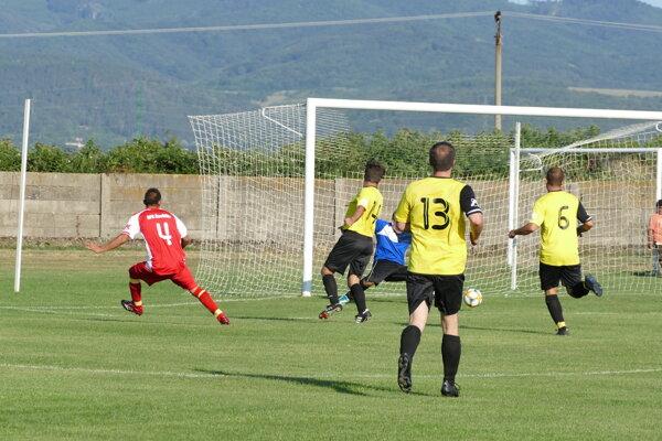 Čachtice (v červenom) si v derby poradili s Hrachovišťom.