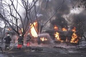 Hasiči sa snažia uhasiť požiar po výbuchu palivovej cisterny 10. augusta 2019 v meste Morogoro na východe Tanzánie.