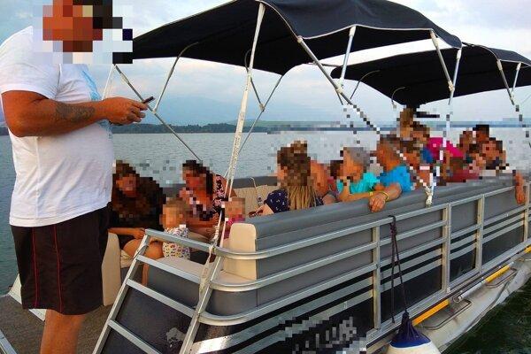 Na palube môže voziť len 12 ľudí. V čase kontroly ich tam bolo 21.