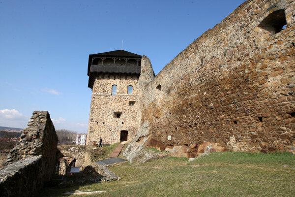 Fiľakovský hrad láka čoraz viac turistov.