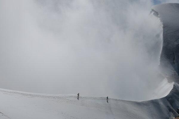 Sedlo Rottal. Jedna z vrcholových skupín už zostupuje dole.