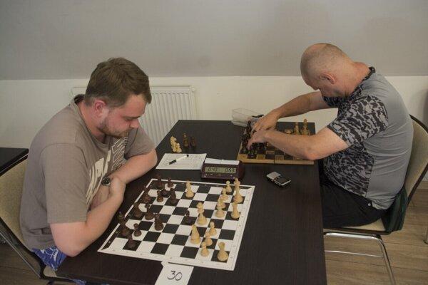 Anton (vpravo) mal špeciálnu šachovnicu s dierkami.