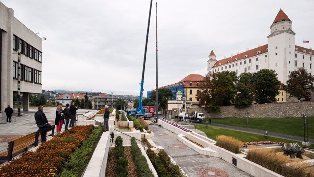 Pozrite sa, ako stavali Dankov stožiar pred parlamentom (video)