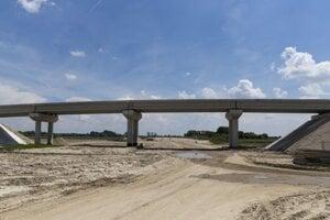Výstavba diaľnice D4 neďaleko obce Ivanka pri Dunaji.