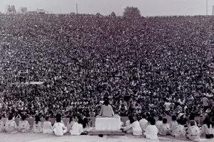Indický spiritualista Satchidananda Saraswati desaťminútovým monológom oficiálne otvoril festival Woodstock.