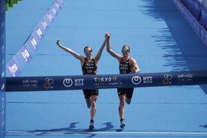 Britky Georgia Taylorová-Brownová a Jessica Learmonthová sa držali za ruky, diskvalifikovali ich.