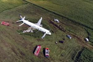 Lietadlo pristálo v poli.