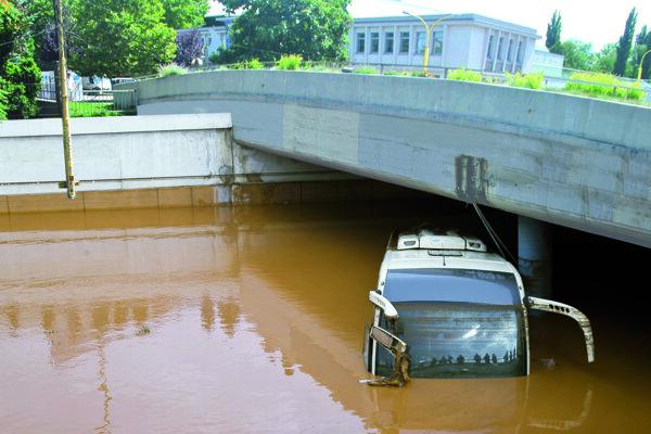 Autobus vytiahli z vody až v stredu popoludní.