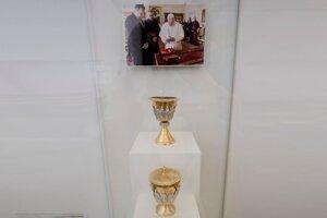 Kalich a cibórium posvätené pápežom Františkom.