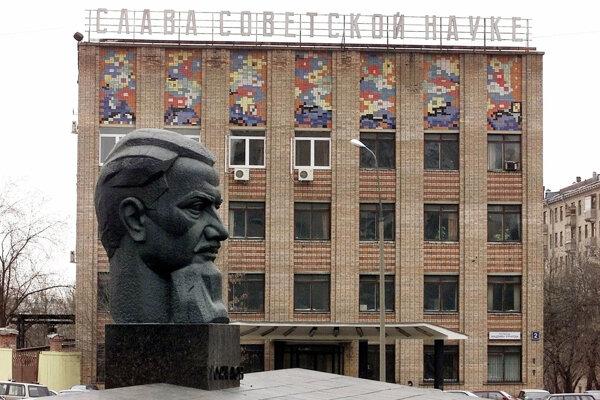 Busta ruského fyzika Igora Kurčatova, ktorý bol hybnou silou Sovietskeho zväzu  v honbe za atómovou bombou, pred Kurčatovovým ústavom jadrového  výskumu v Moskve.