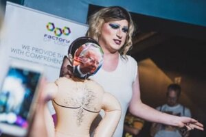 Drag queen vystupujúca pod menom Mariolkaa Rebell na súťaži Mr. Gay v Poznani.