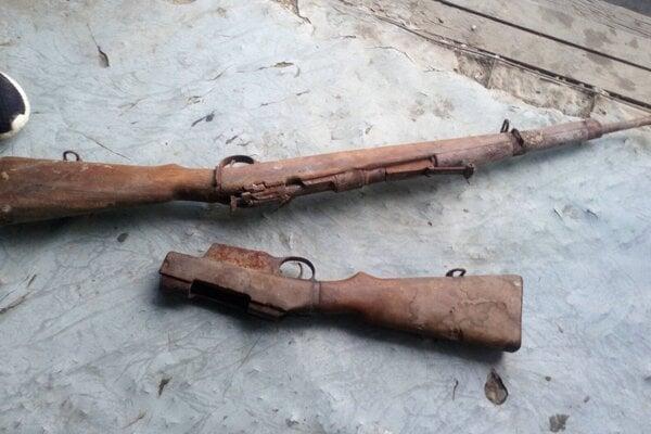 Zbraň i pažbu našli na povale pri komíne.