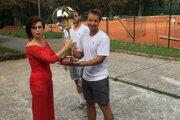 Tomáš Pavlovský si preberá trofej pre víťaza.