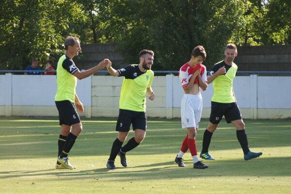 Andrej Paulovič (druhý zľava) sa teší po jednom z troch gólov do siete Šoporne.
