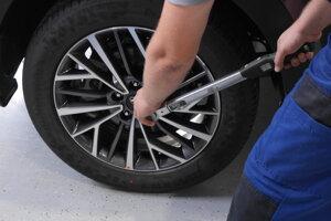 Skontroluje sa dotiahnutie matíc na kolesách, podľa objednávky zákazníka montujú ochranné matice.