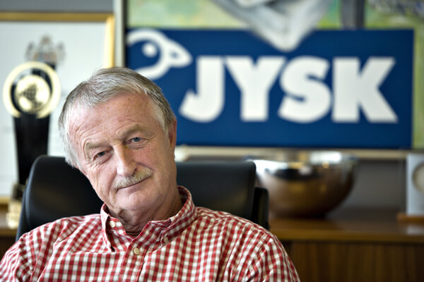 Umrel Lars Larsen, šéf Jysku.
