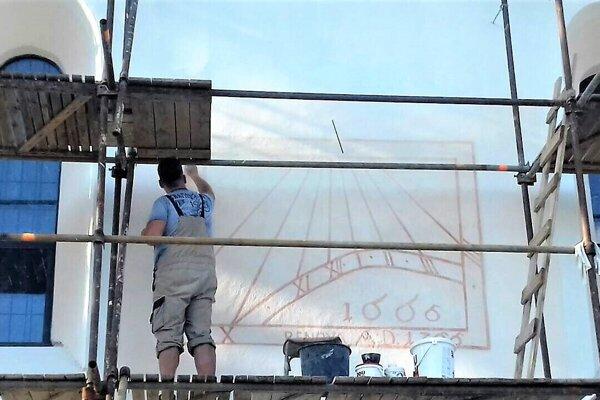 Reštaurátori na fasáde kostola najskôr odkryli a potom opravili slnečné hodiny.