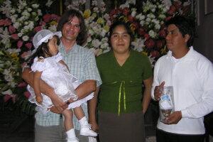 Krstiny malej Miriam v roku 2010. Na fotografii spolu s jej rodičmi Alejandrom a Iselou.