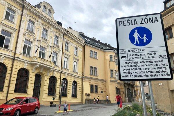 Vjazd na Mierové námestie v Trenčíne.