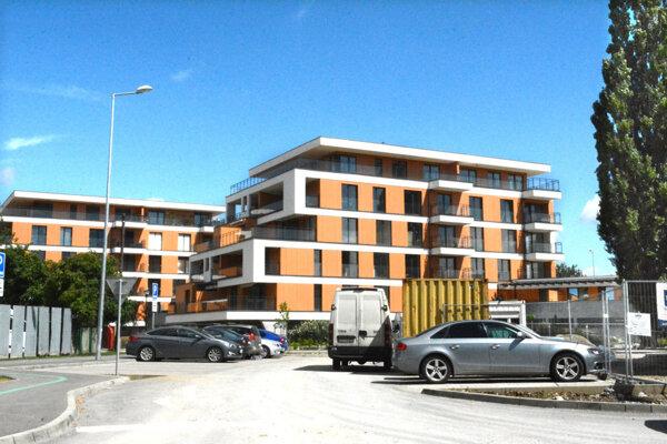 Bytový dom v komplexe Park Anička. Všetkých 24 bytov v ňom patrí Hrehovi.