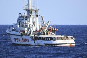Záchranná noc Open Arms na palube s migrantmi pri ostrove Lampedusa.