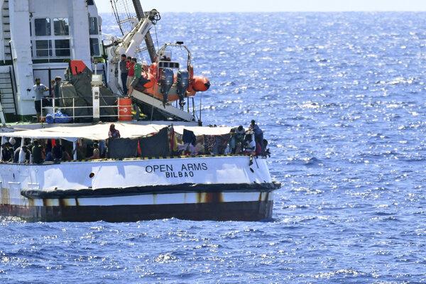 Z lode Open Arms skíkali migranti a snažili sa doplávať na taliansky ostrov Lampedusa.