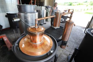 Rodina na krupinských lazoch vyrába medené kotly.