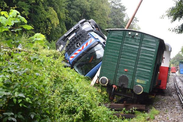 Pracovníkom železnice po nehode cisterny došla trpezlivosť.
