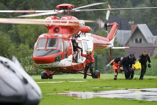 Záchranári počas akcie v Tatrách.