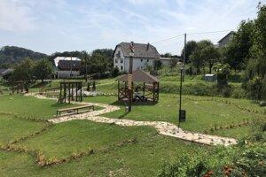 Park v obci Červená Voda, ktorý má tvar Slovenska.