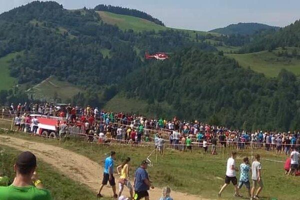 Záchranársky vrtuľník nad divákmi v Zázrivej počas súťaže doma vyrobených traktorov.