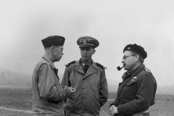 Príslušníci americkej vojenskej misie v SNP Jerry Mican a James Holt Green s Johnom Sehmerom (vpravo).