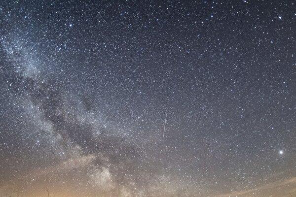 Prvú známu medzihviezdnu kométu v Slnečnej sústave bude vidno ešte rok.